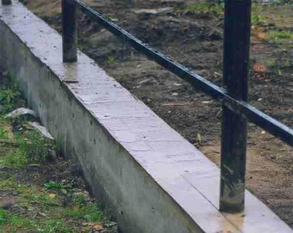 Укладка фундамента под забор