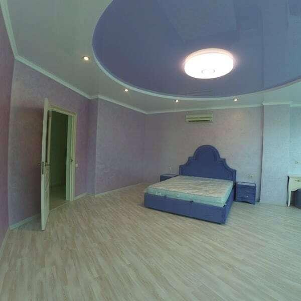 Нежно-голубой натяжной потолок